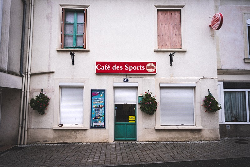 http://guillaumeblot.com/files/gimgs/th-77_Cafes des Sports 12 (c) Guillaume Blot.jpg